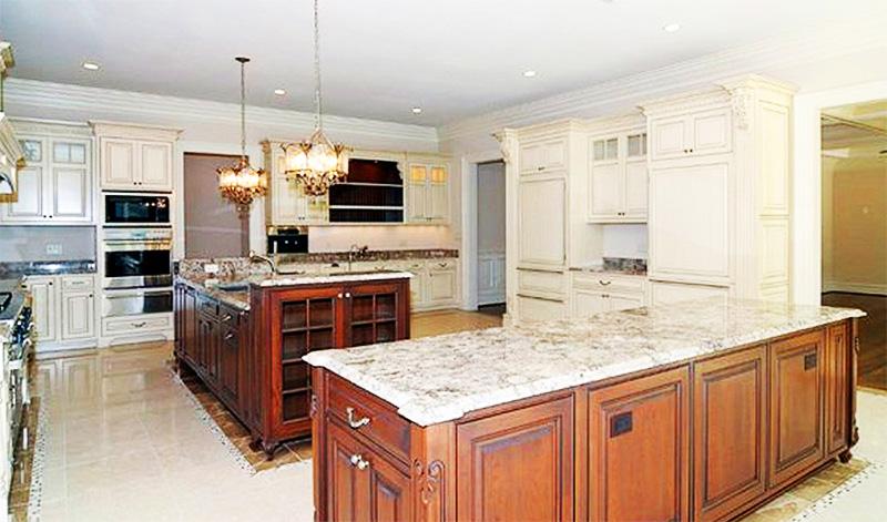 Два дверных проёма на кухню оформлены эффектными порталами из массива, покрашенными в светло-молочной гамме