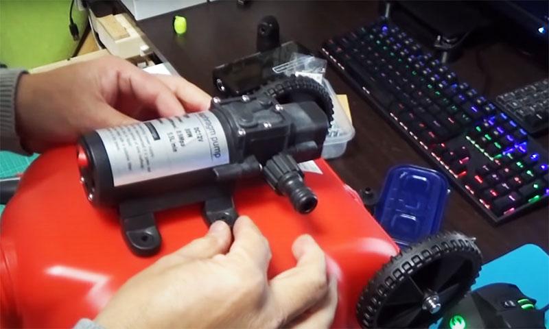 Через эти «ушки» нужно зафиксировать компрессор на канистре с помощью болтов. Отверстия в пластике можно сделать раскалённой спицей или дрелью