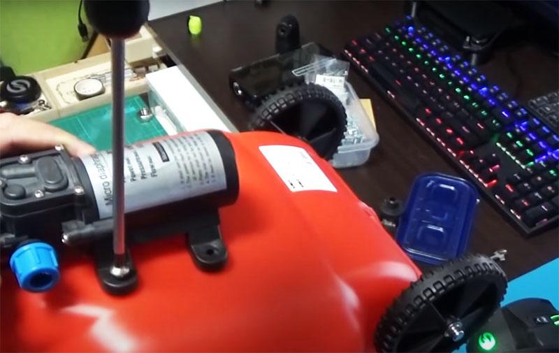 Чтобы конструкция не потеряла своей герметичности, на болты нужно нанести силиконовый герметик, а снизу обязательно использовать уплотнительные шайбы. Чтобы закрепить гайки изнутри канистры через горлышко, используют удлинитель, на котором гайку можно зафиксировать обычным скотчем