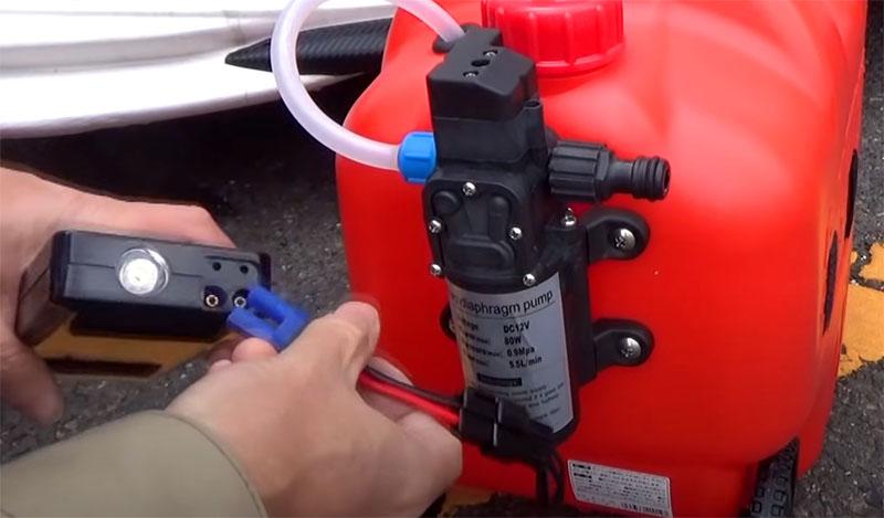 Такая автомойка может работать от прикуривателя. Небольшой компрессор потребляет немного энергии, так что вы вполне можете подсоединить его с пауэрбанку. Правда, для этого в штатном комплекте нужно будет переделать подсоединение – при минимальных знаниях электрики у вас все получится. Или можно поискать готовый переходник в ближайшем магазине с электродеталями