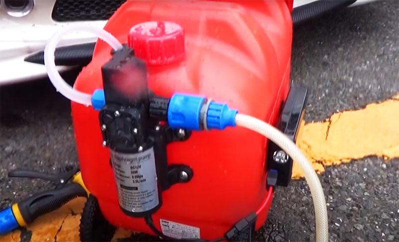Теперь у вас есть мощная и мобильная автомойка, которую можно использовать даже на природе. При наполнении канистры водой из озера или реки следите за тем, чтобы вместе с водой не попал мусор, который может забить пистолет – используйте воронку с сеточкой