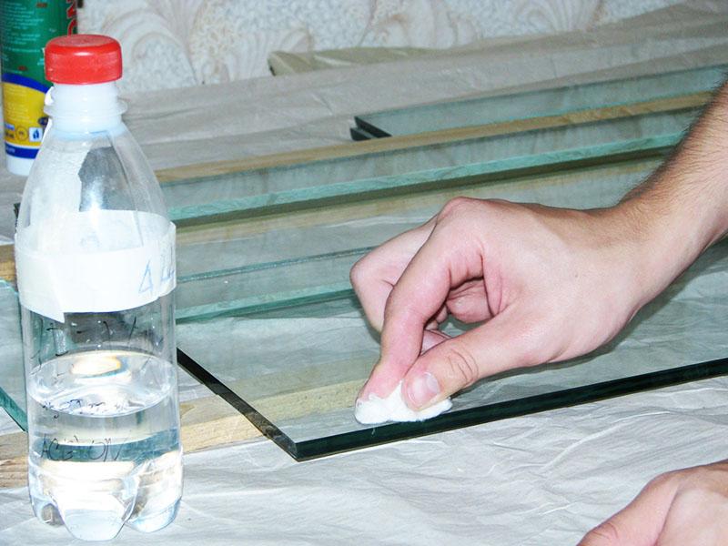 Для стекла можно использовать обычный спирт