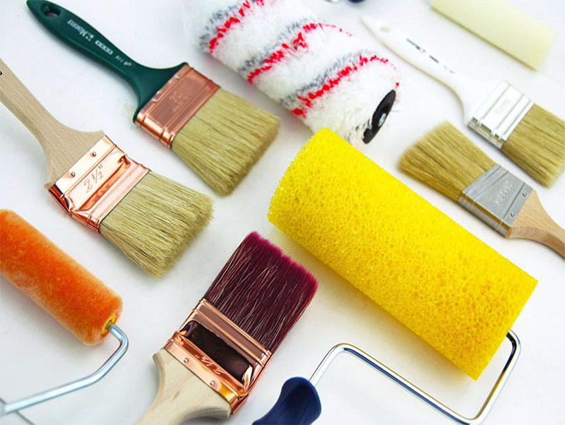 Кистью и валиком также можно наносить краску на пластик