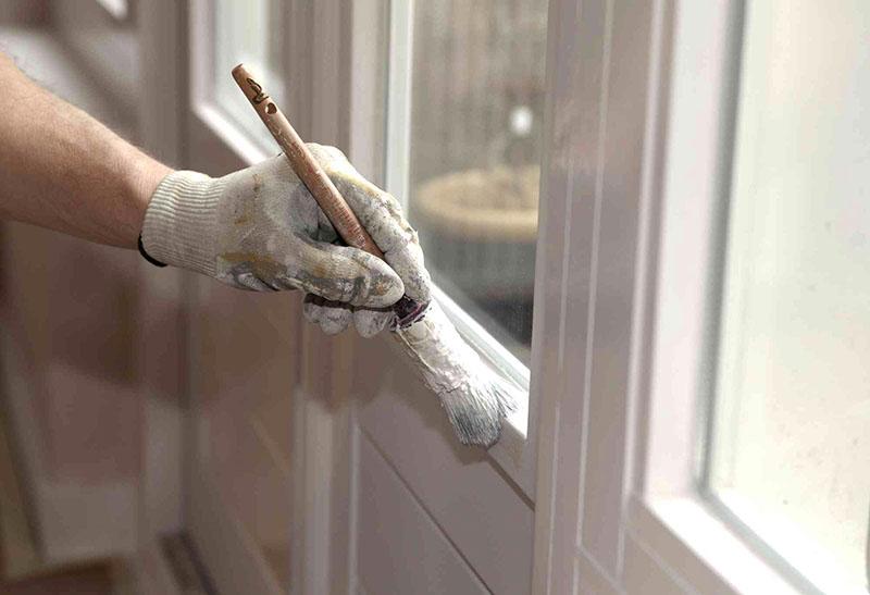 Такой краской можно обновить пластиковые окна или даже изменить тон