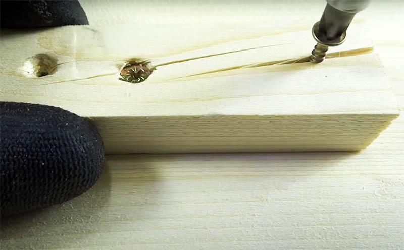 Особенно часто такая проблема возникает при работе с небольшими деталями и на их концах, трещины появляются даже при использовании небольших саморезов