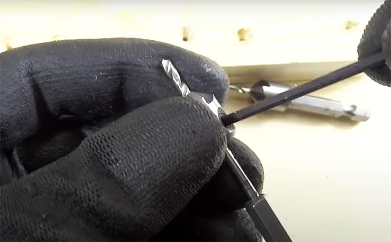 Такая зенковка насаживается на сверло, фиксируется на нужной вам высоте в зависимости от длины самореза, и вы за один раз выполняете две операции: высверливаете отверстие и делаете углубление под шляпку