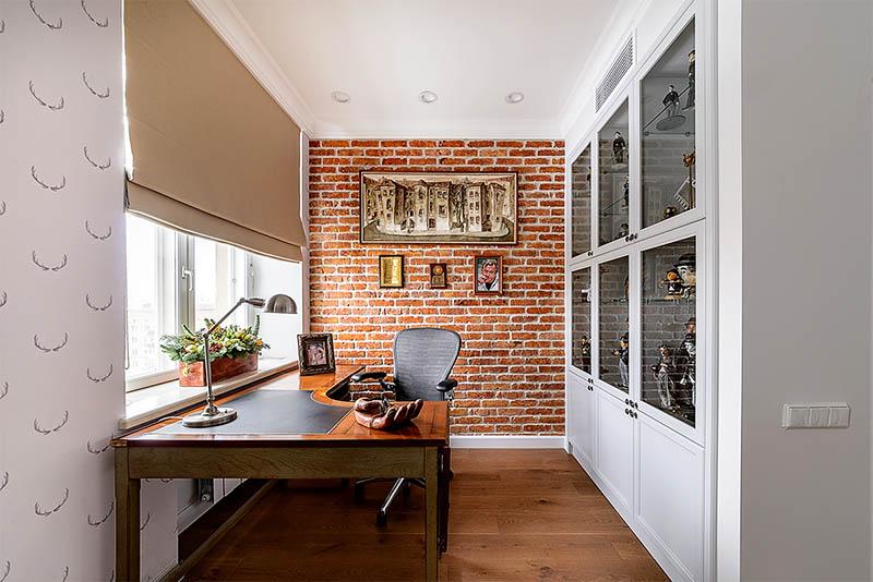 Письменный стол изготовлен из натурального дерева