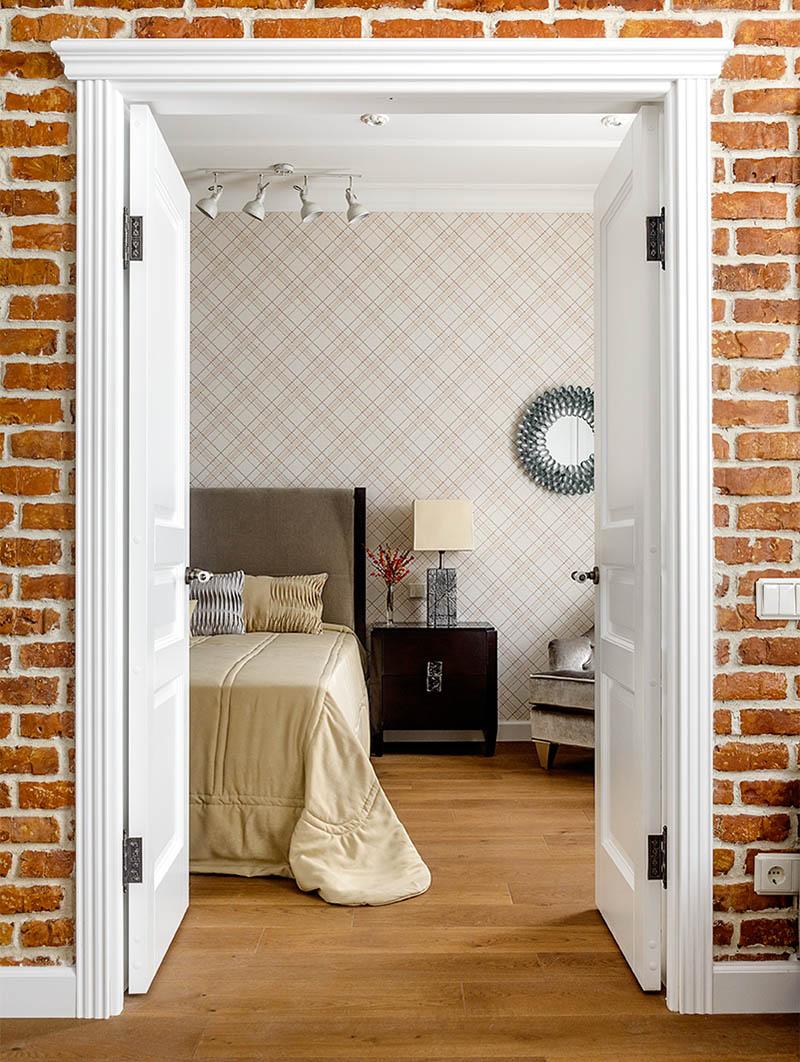 Белоснежные двери украшены филёнками