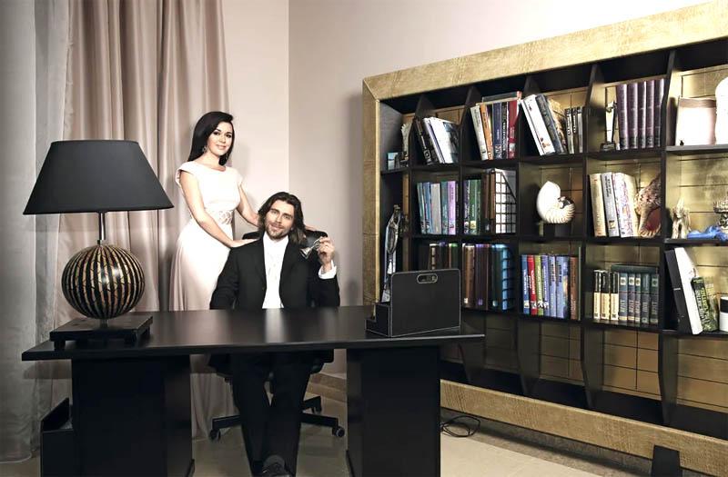 Столешницу украшает стильный органайзер из натуральной кожи для канцелярских принадлежностей