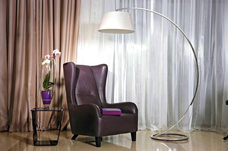 Любимое место Анастасии – роскошное кресло с ушками в английском стиле, рядом с которым поставили торшер на изогнутой хромированной ножке
