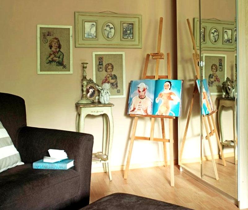 Стены квартиры украшены живописью Виктории Дайнеко