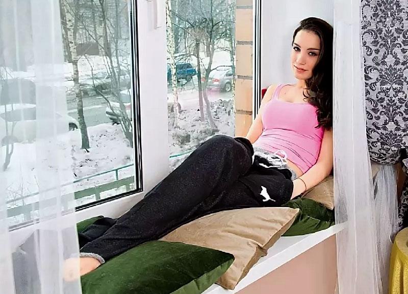 На подоконнике обустроено удобное место для отдыха с эффектными декоративными подушками