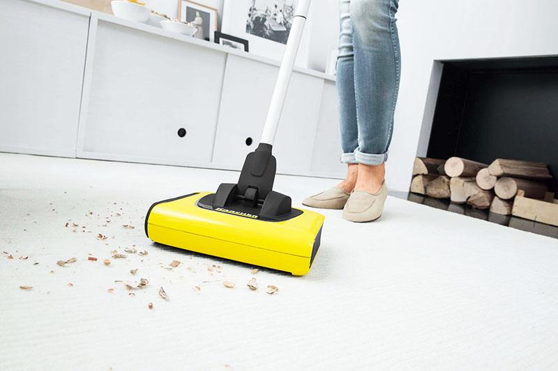 Электрощётка способна проникнуть в любой уголок и делает весьма качественную уборку