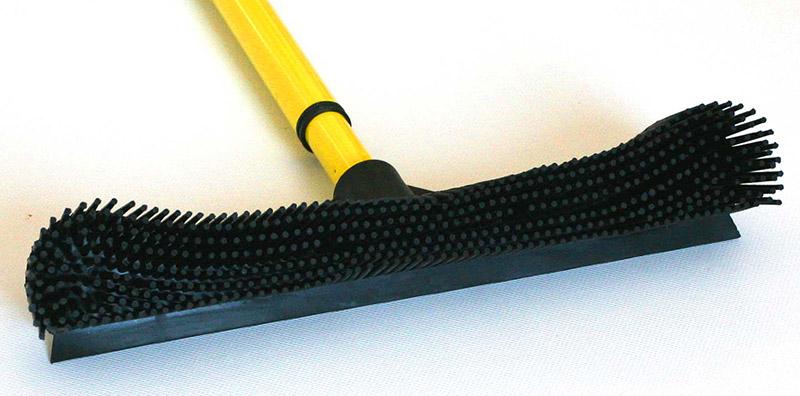 Каучуковая щётка – повышает качество уборочного процесса благодаря прилипанию к щетине мелкого сора и пыли