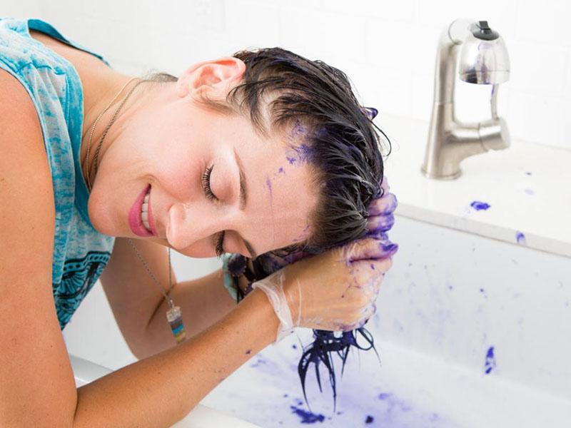 Краска для волос может быть въедливой