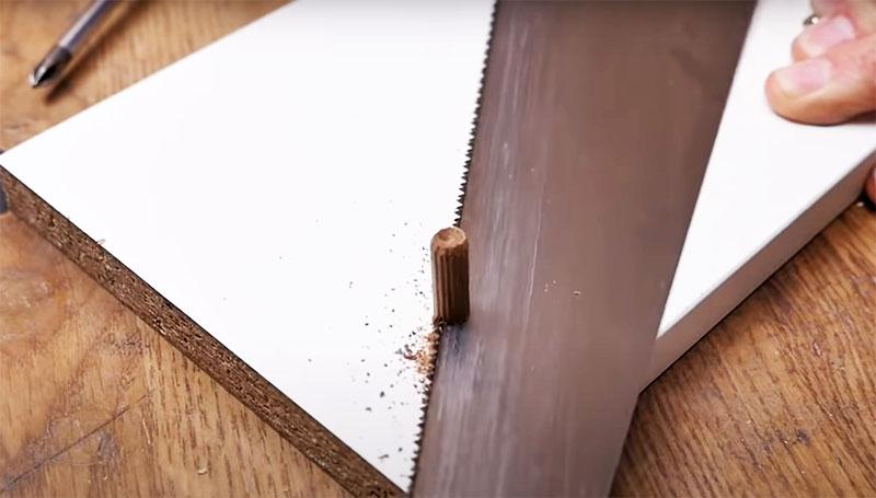 Шкант должен плотно заходить в стенку. А после того как клей подсохнет, нужно срезать лишнее и подровнять