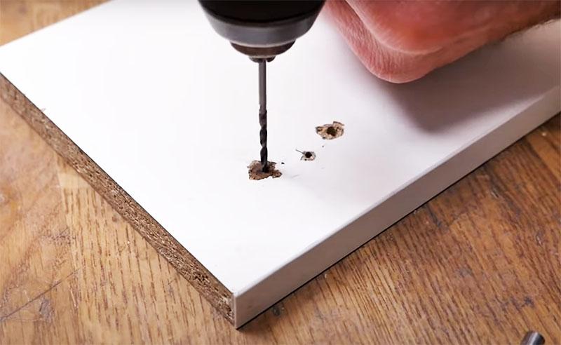 Чтобы шкант не треснул при закручивании самореза, в нём нужно высверлить отверстие тонким сверлом