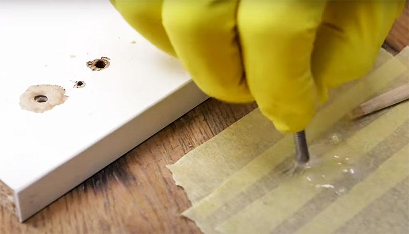 Вклейте болт резьбой наружу с помощью эпоксидного клея или утопите в смолу, как в предыдущем варианте