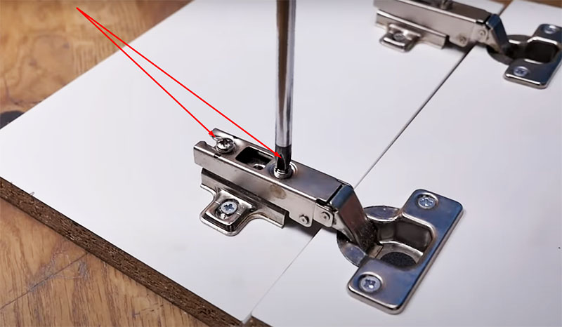 Чтобы разделить петлю, следует открутить эти два болта: они освободят детали и петля разделится на две части