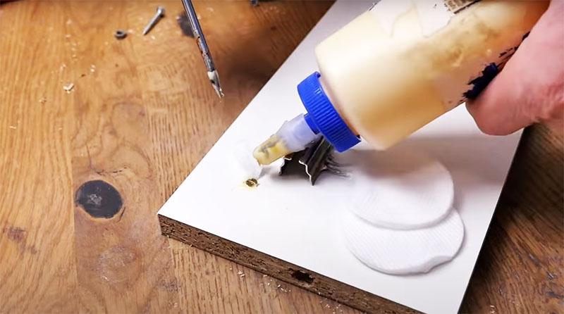 Можно использовать и заполнение отверстия ватой, смоченной в клее ПВА. Когда клей застынет, можно ввинтить в это место саморез