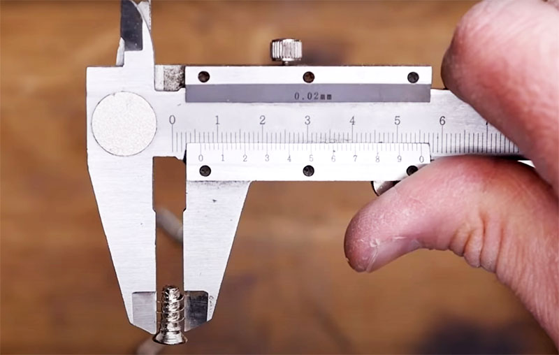 Эти крепежи имеют больший диаметр и порой достаточно заменить обычные саморезы на них, чтобы вернуть дверцу на место