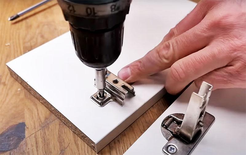 Затем просто поставьте петлю на место и зафиксируйте её конфирматом. Но не забудьте добавить саморез по центру петли для надёжности