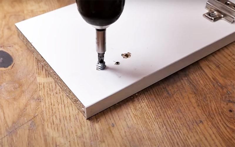 Альтернативным вариантом может быть использование металлической футорки. Её ввинчивают в отверстие и уже в неё потом крепят саморез