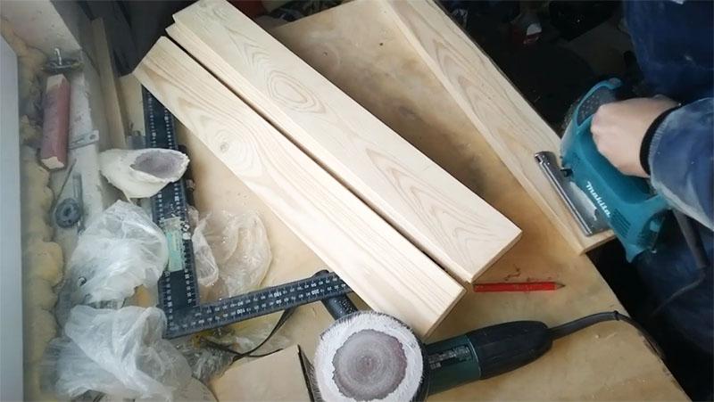 При помощи электрического лобзика удаляется часть доски, на которой был изъян