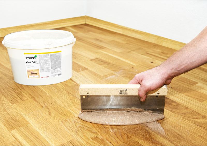 После обработки основания наносится слой лака достаточной толщины
