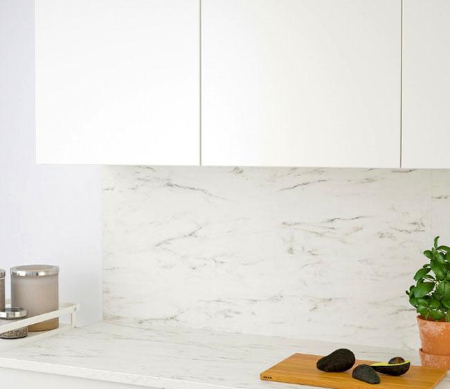 Один из самых популярных вариантов – настенная панель под белый мрамор