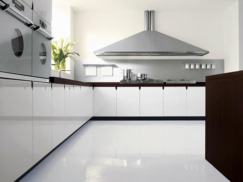 Неплохо сделать наливной пол – это современный вид отделки, который отлично покажет себя на кухне