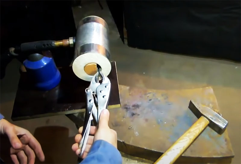 Для получения высокой температуры и защиты рук вам пригодится небольшая жаростойкая заглушка, а также щипцы с длинными ручками, изолированными от нагревания для того, чтобы держать материалы в горне