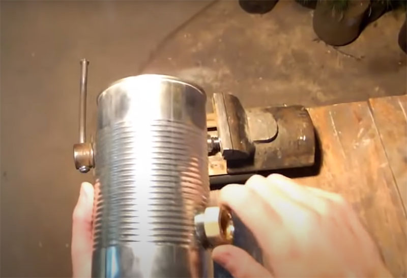 Для фиксации используйте резьбовые металлические детали, например, от водопроводной конструкции. Лучший выбор – хромомолибденовая сталь или ковкий чугун