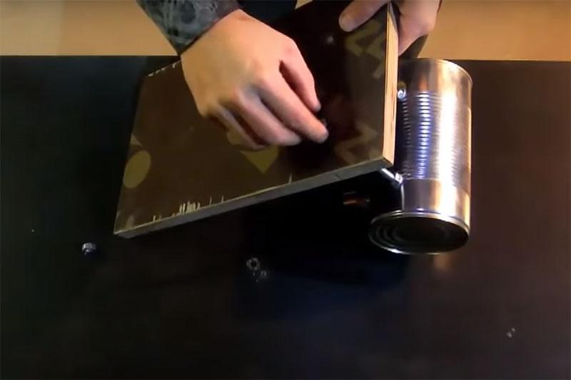 Подставкой может быть любой подручный материал, но желательно продумать его защиту от возможного попадания раскалённого металла и искр. Подставку можно защитить керамической плиткой или куском асбестовой ткани