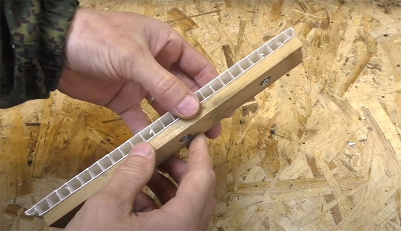 Теперь нужно соединить кусок панели и планку с магнитами. Для этого можно использовать всё те же саморезы или двухкомпонентный клей