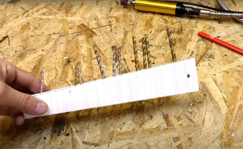 В результате у вас получится удобный органайзер для свёрл, нужно только расставить их по размерам: там, где узкий край – меньшие, где широкий – большие