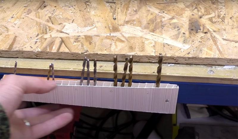 За счёт встроенных магнитов вы сможете легко поместить органайзер на краю металлического корпуса верстака