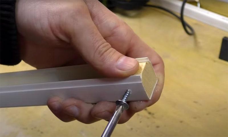 Закрепить заглушки просто: просверлите отверстия и зафиксируйте их саморезами