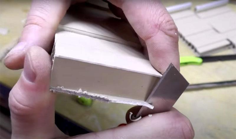 После разрезания деталей все выступающие части и заусенцы нужно аккуратно срезать