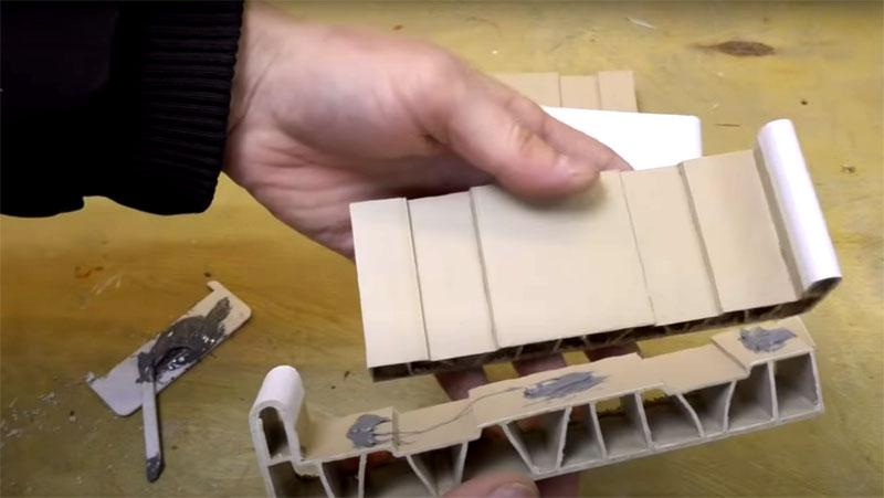 Для склеивания деталей используйте двухкомпонентный клей, который справляется с твёрдым пластиком