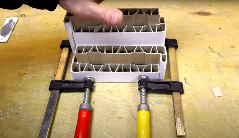 Пока клей застывает, скрепите конструкцию струбцинами для прочного и плотного соединения, потом можно её покрасить