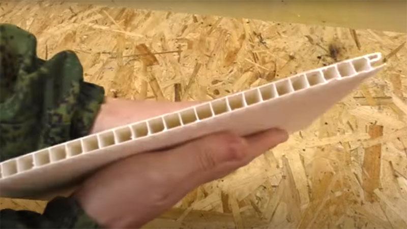 Для этого вам пригодятся остатки пластиковых панелей. Их структура такова, что внутри ячеистые пазы