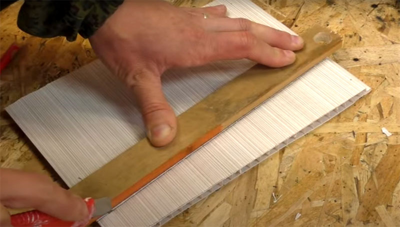 Отрежьте от панели полосу по всей ширине, но с одной стороны высотой около 6, а с другой – 8 см
