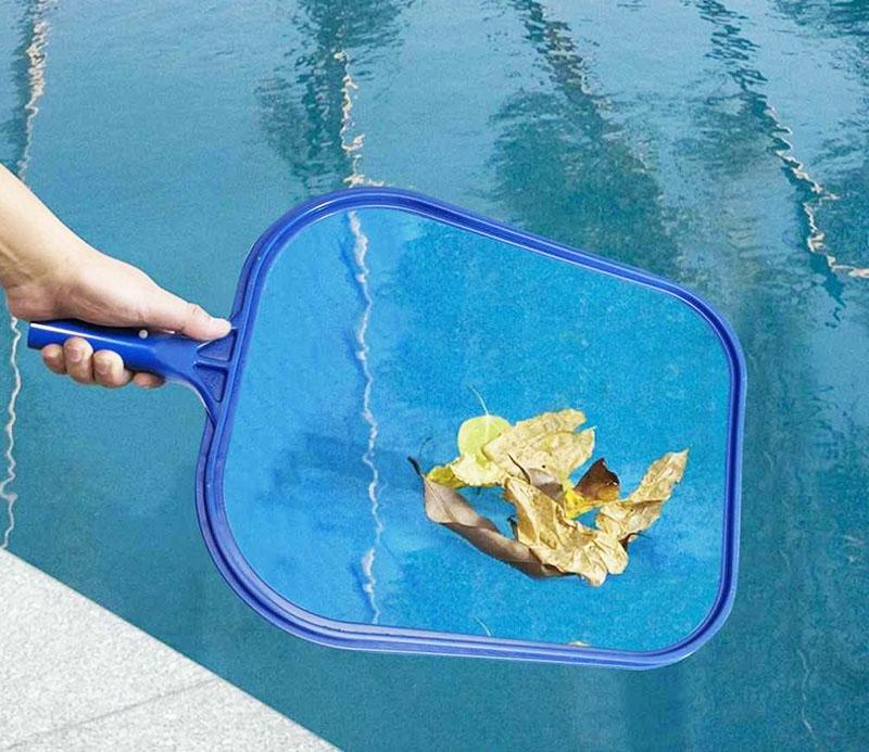 Для уборки крупного мусора лучше воспользоваться сачком