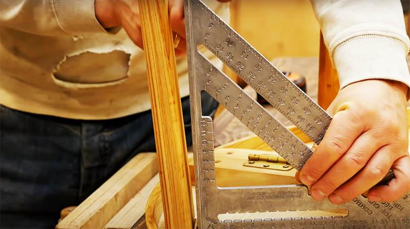 Чтобы столик был очень устойчивым и прочным, при раскладывании ножки должны раскрываться не на 90°, а на 95-100°, то есть немного отходить в наружную сторону. Тогда стол случайно не сложится во время использования