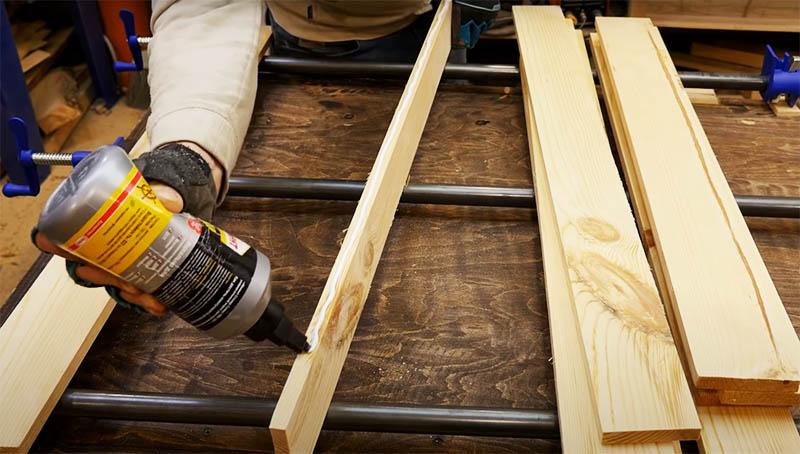 Для склейки используйте столярный клей. Отличные результаты показывает «Момент», который идеально справляется с древесиной. Торцы досок для столешницы нужно обработать клеем и соединить в общее полотно