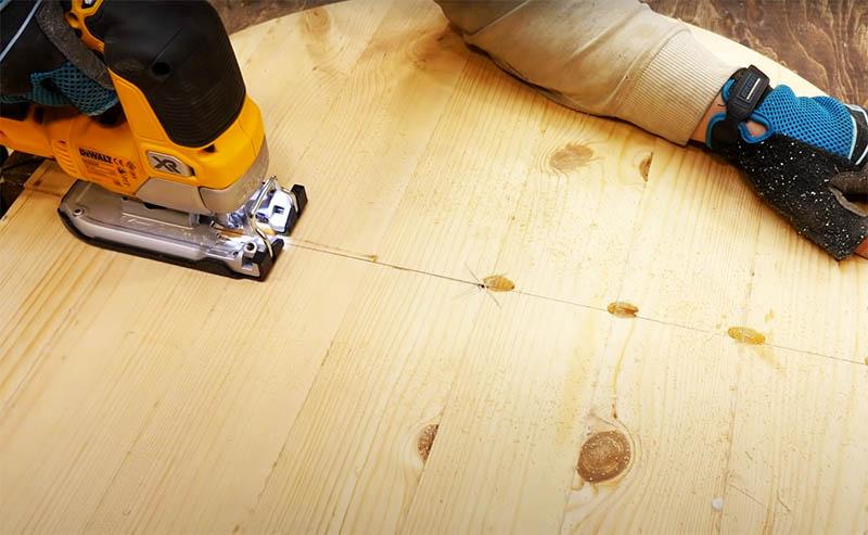 Затем полученный круг нужно разрезать пополам, причём направление разреза должно быть поперёк склеенных досок. Потом две половинки столешницы можно отшлифовать