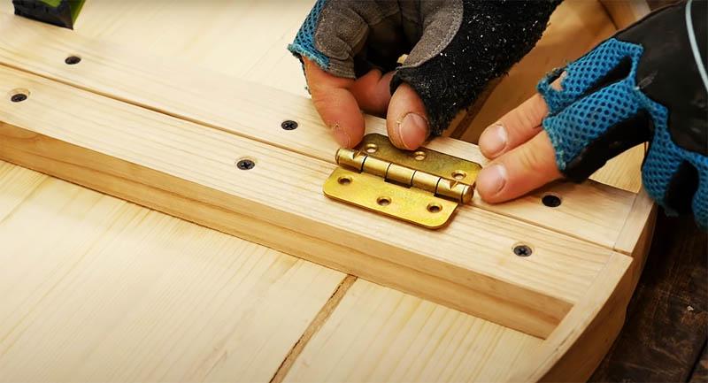 Остался последний штрих в столешнице: соединить её части в одно целое парой небольших петель. Их фиксируют на брусе