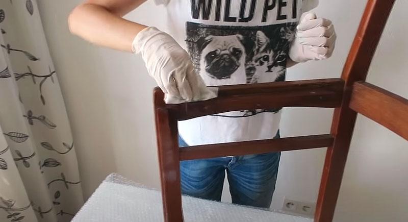 Мытьё стула – обязательная процедура перед обновлением его дизайна