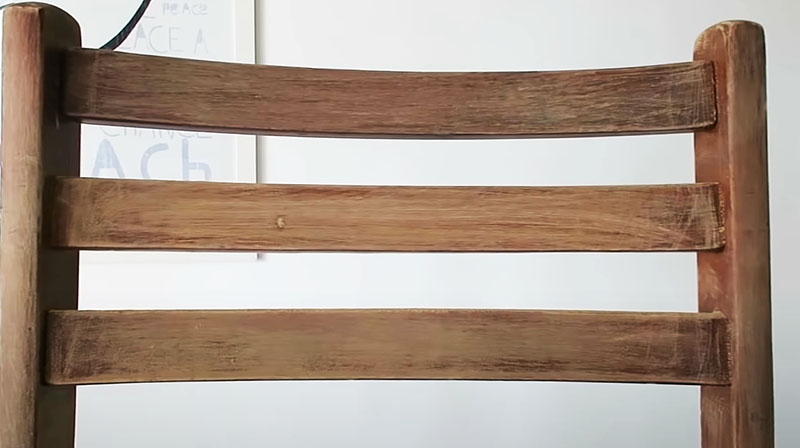 Вот так должна выглядеть древесина после снятия старого слоя лака